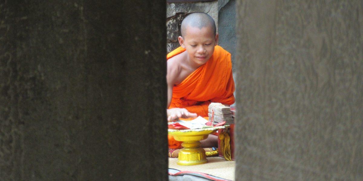 Angkor Wat and the monk - pinterjuco.hu