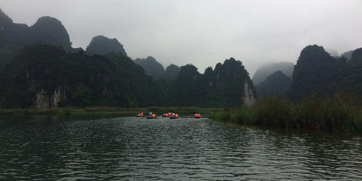 Trang An - boats ahead - pinterjuco.hu
